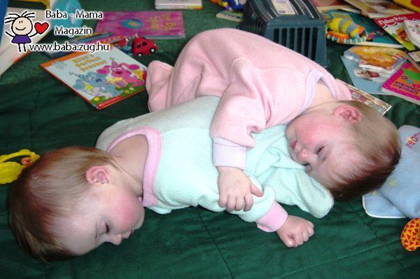 A babák szinte bármilyen pózban képesek elaludni