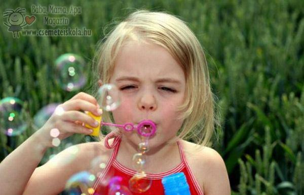 A buborékfújás a gyerekek egyik kedvenc játéka