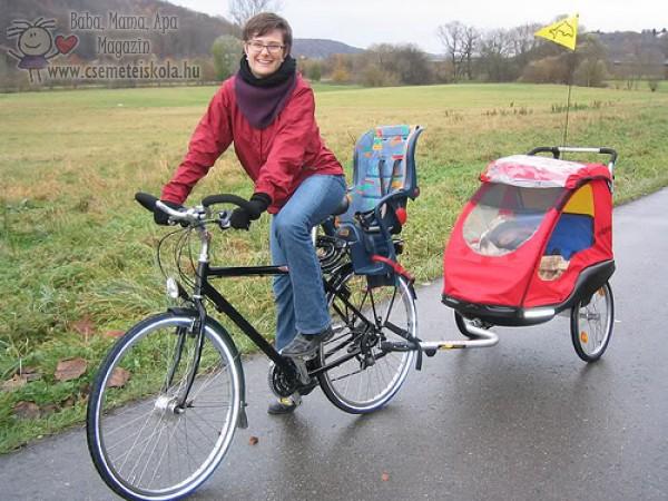 Gyerekszállítás bicaj utánfutóval