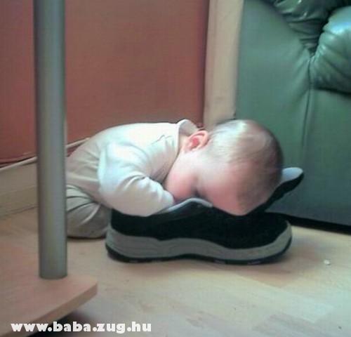 Alszik a cipõben