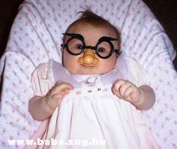 Mókás szemüvegben a baba