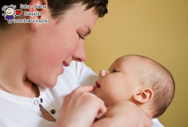 A babák társas képességeit fejleszti az érintkezés és a szemkontaktus